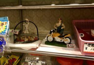 男性とバイクの置物