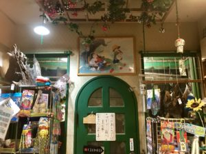 緑の扉と飾られた絵