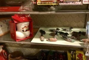 長靴型のカップと鳥の置物