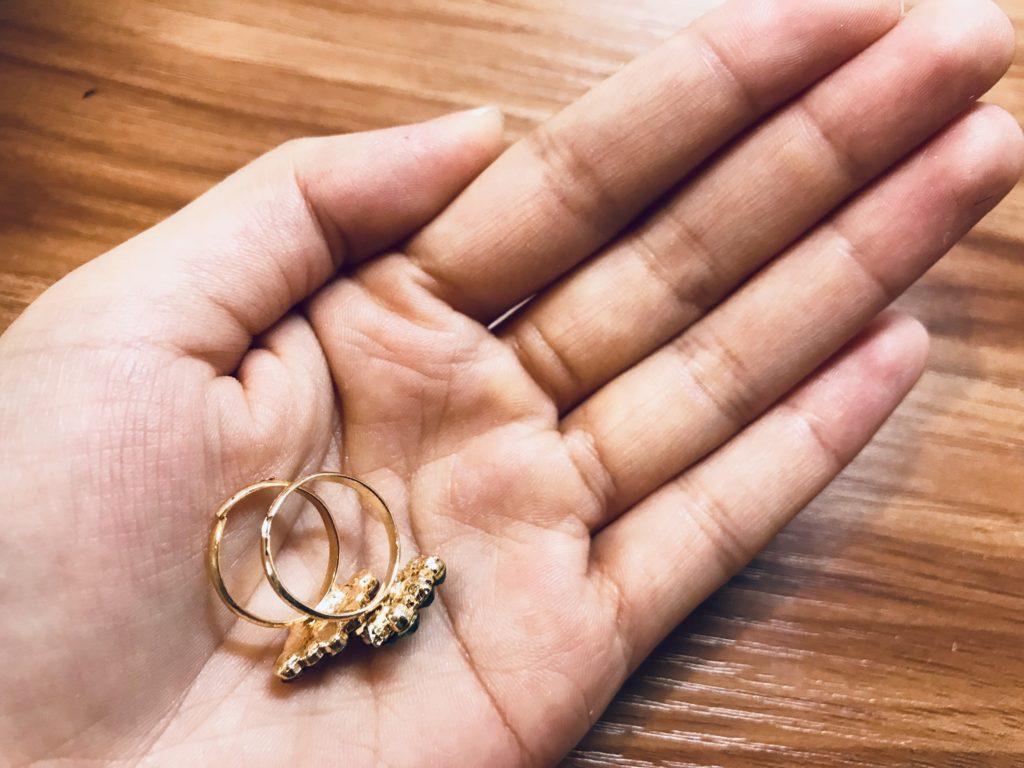 掌の上にある駄菓子の指輪