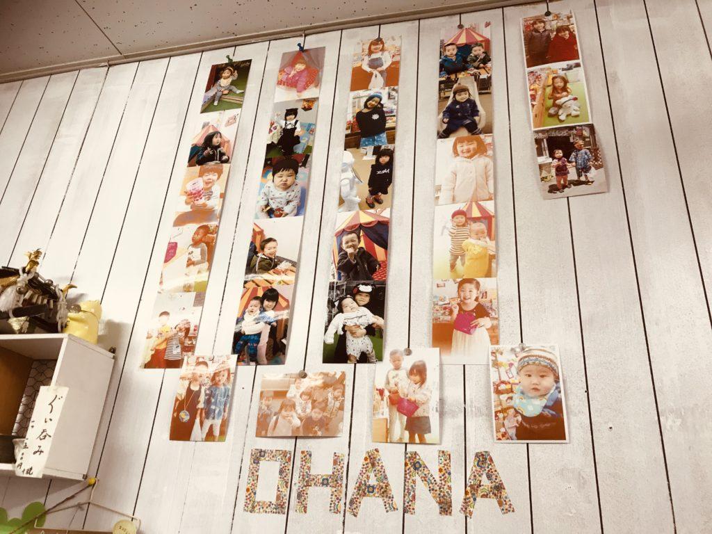 白い壁に掛けられた子どもたちの写真