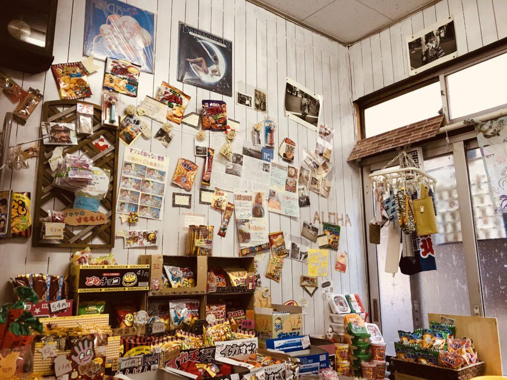白い壁に掛けられた駄菓子と紙