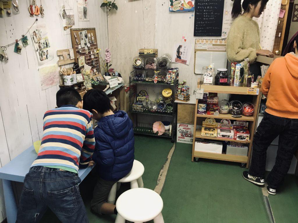 駄菓子屋さんの中で寛ぐ子どもたち