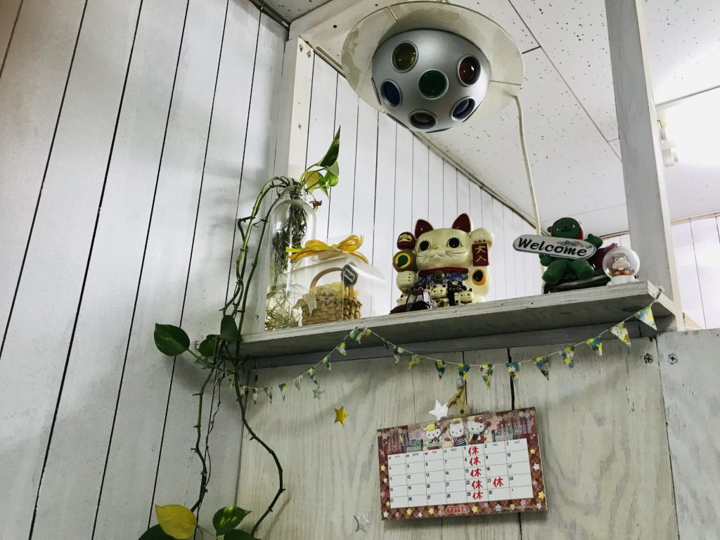 棚の上にある招き猫やその他の置物