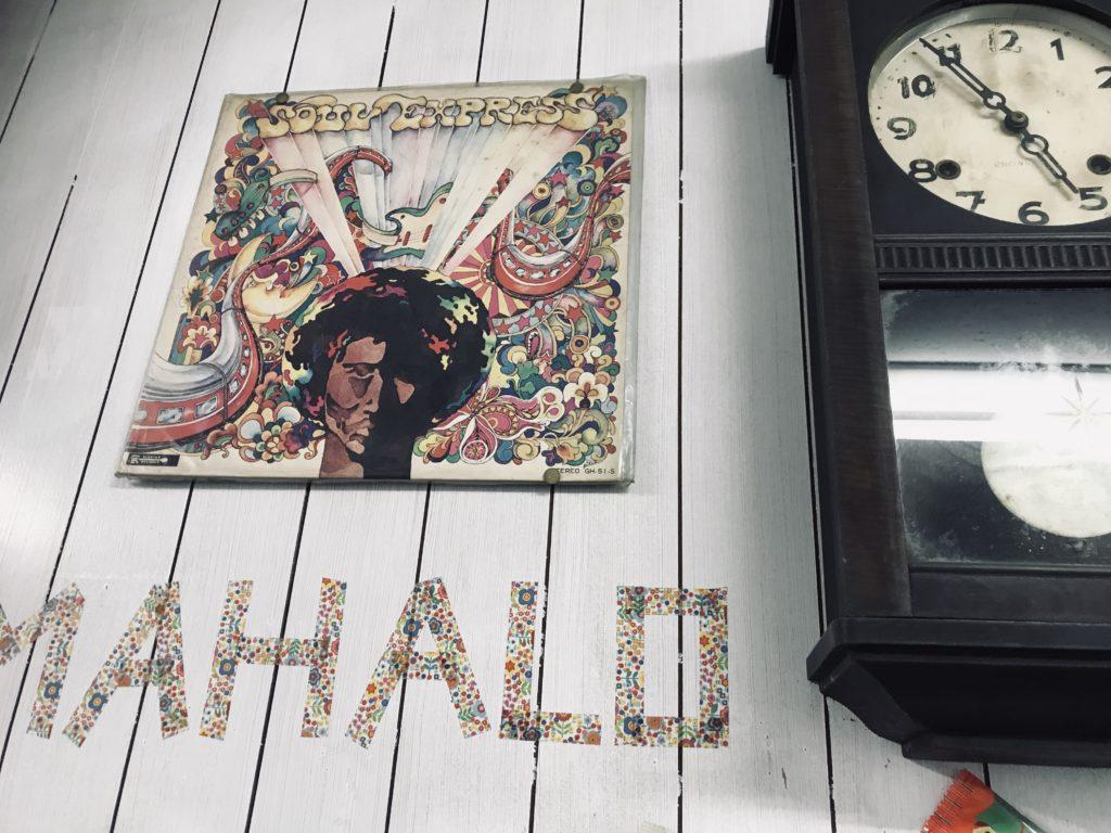 MAHALOと書かれた壁と大きな古時計
