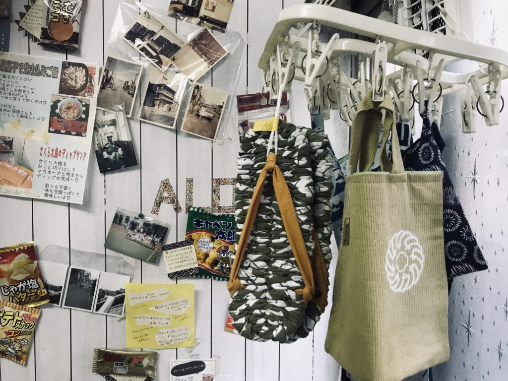 洗濯ばさみで吊るされた雑貨や壁に掛けられた写真