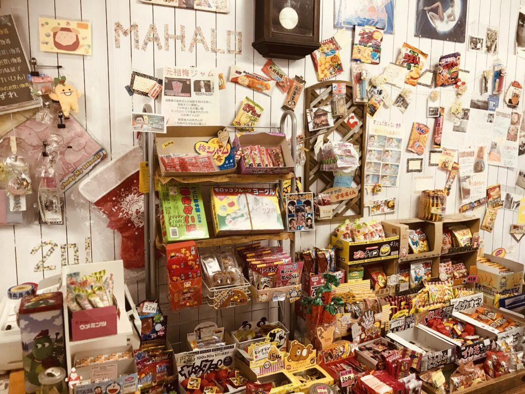 綺麗に並べられた駄菓子と雑貨