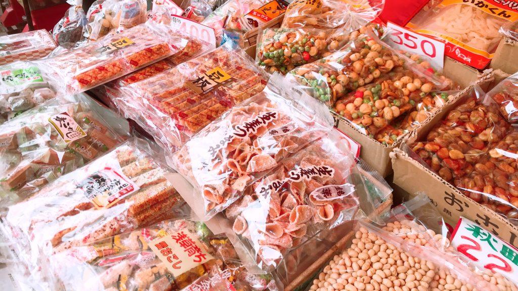 袋詰めされて並べられた駄菓子の数々