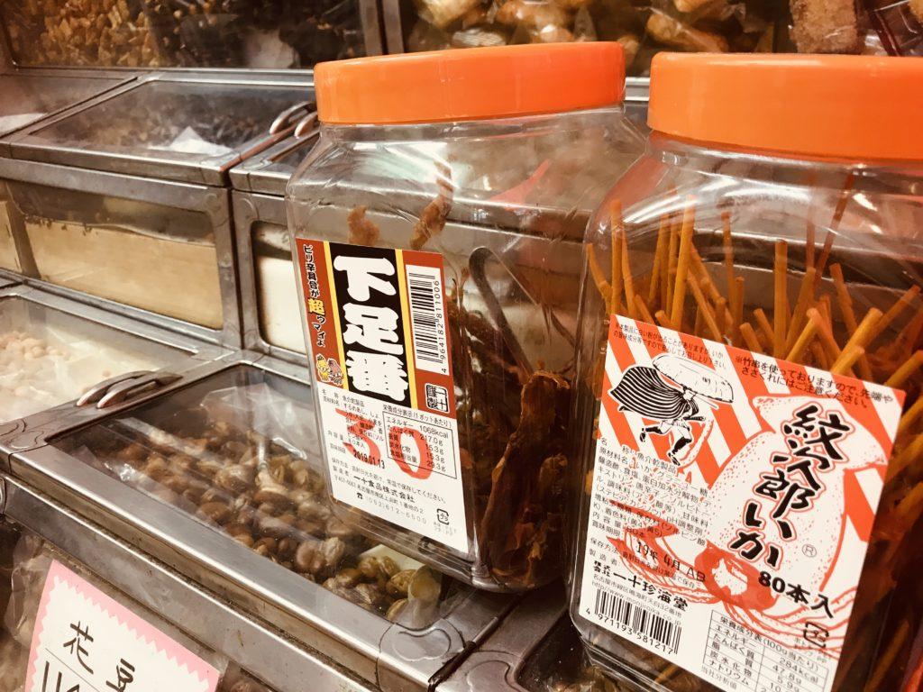 プラスチックの箱に入れられた串のお菓子
