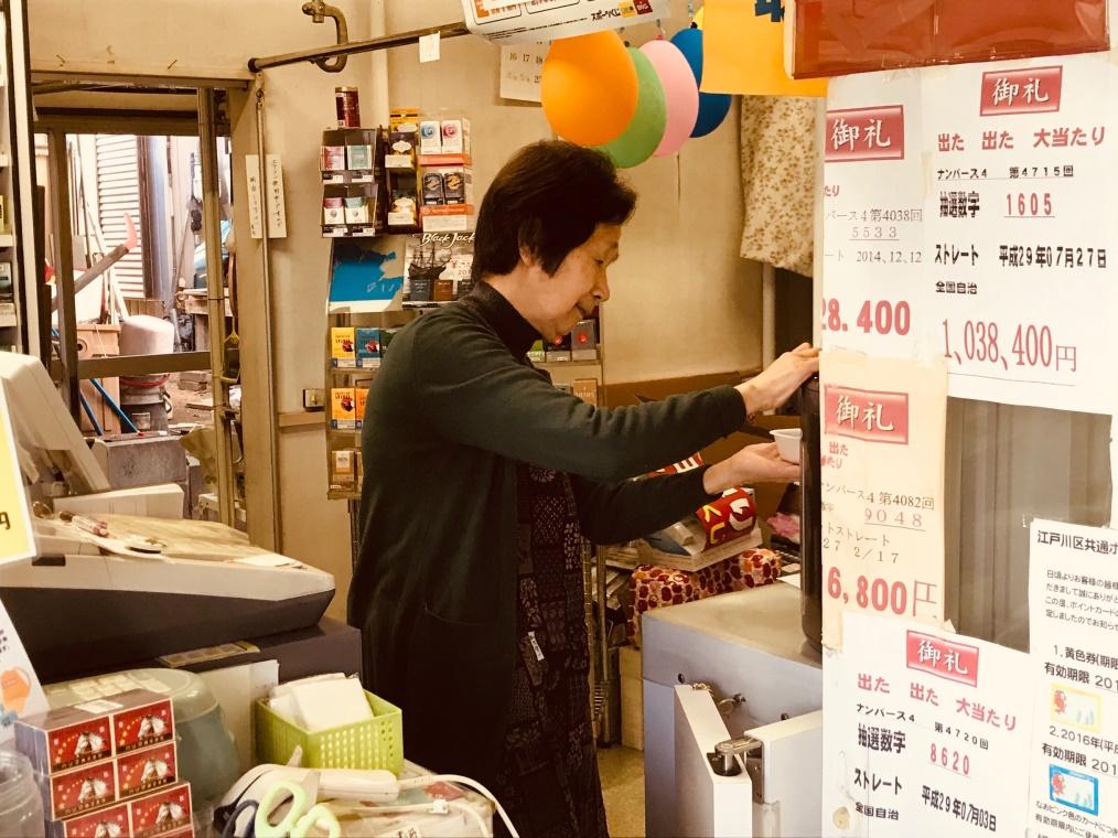 お店の中で仕事をする女性
