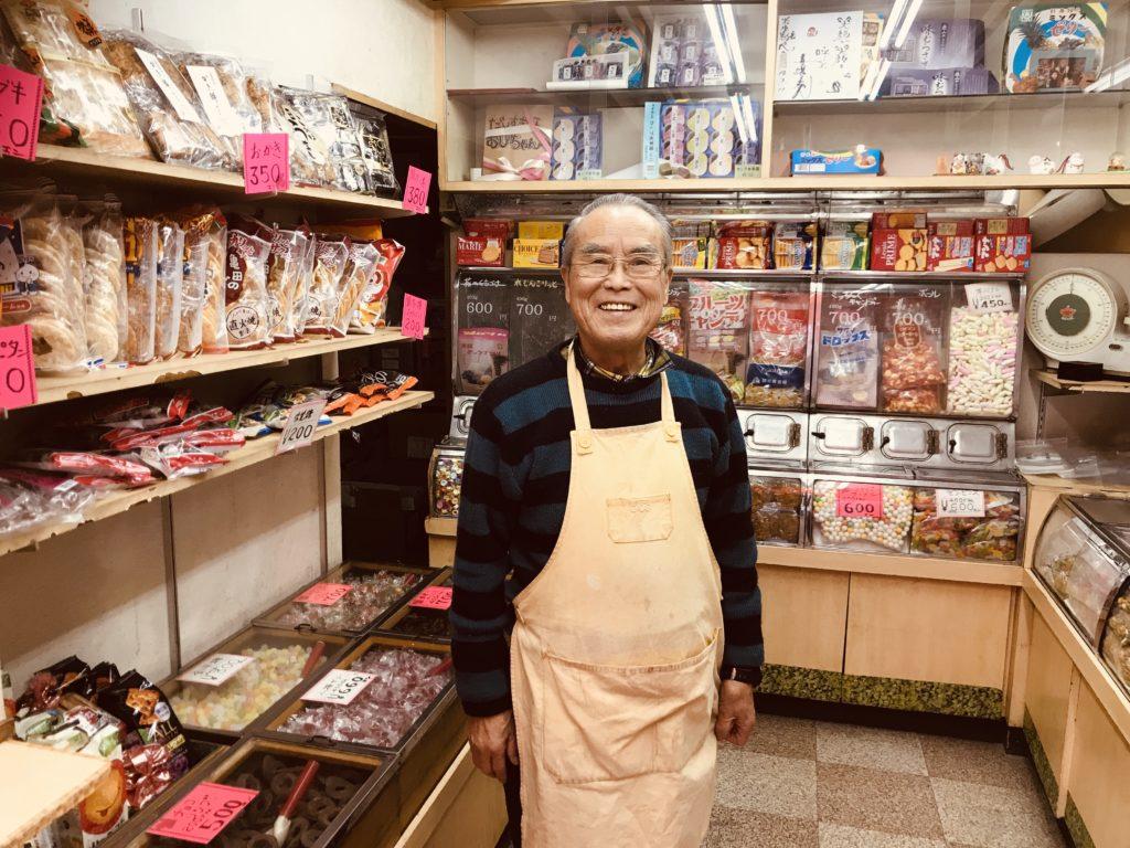 お店の中で笑顔を見せる男性