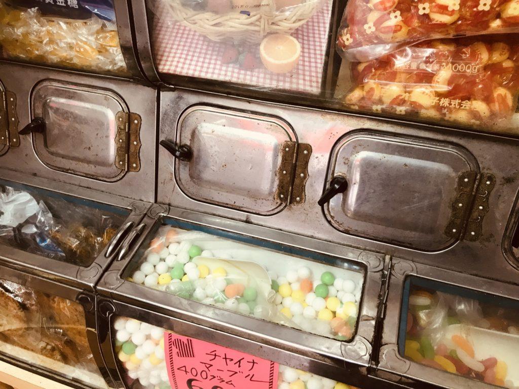 お菓子が詰められてる大きめのガラスケース