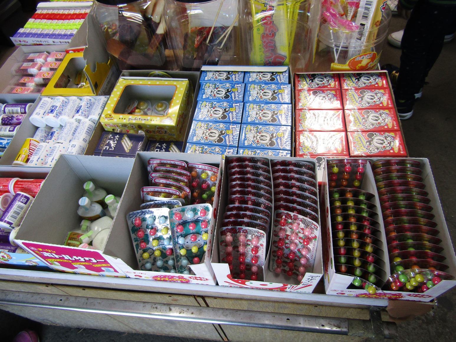綺麗に並べられた数々の駄菓子
