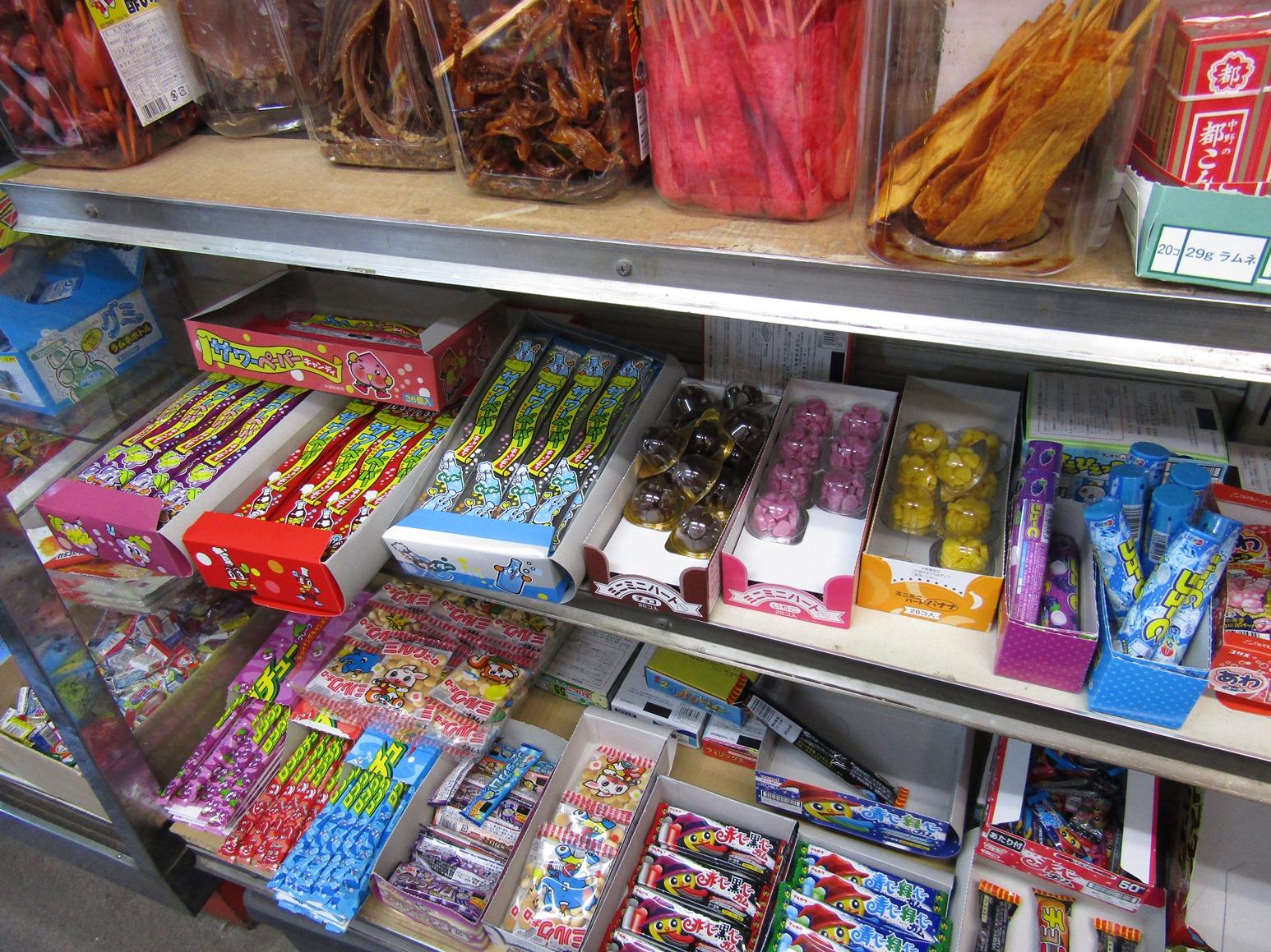 白い棚に陳列された複数の駄菓子