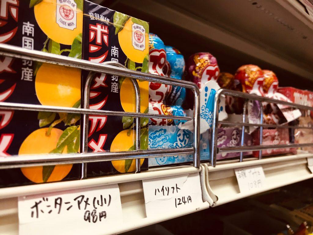 値札と共に並べられた数々の駄菓子