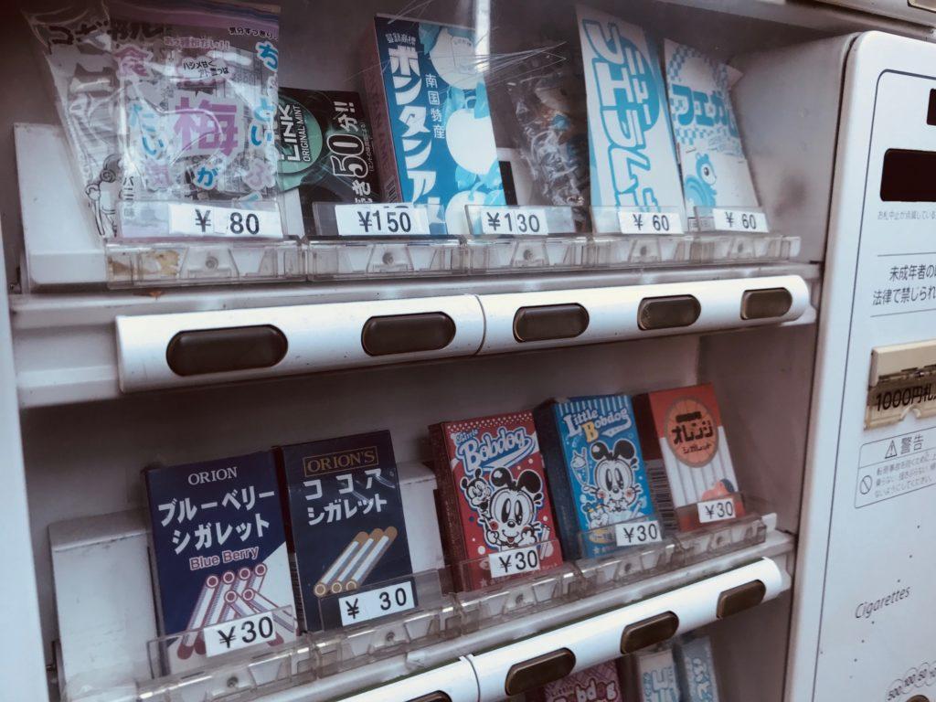 駄菓子が販売されている自動販売機