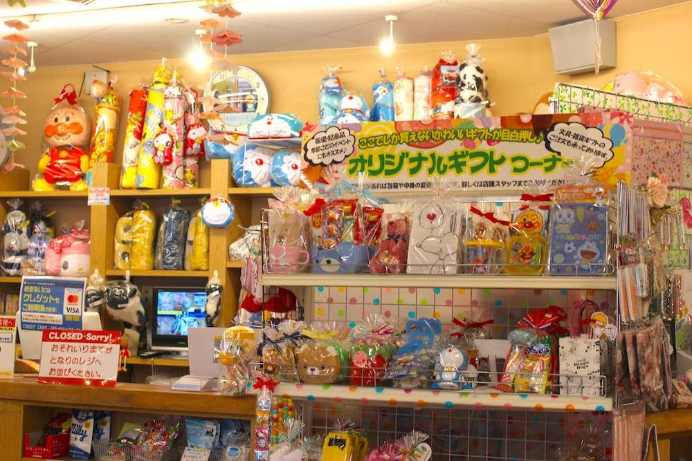 レジ前に置かれたカラフルなお菓子とおもちゃ