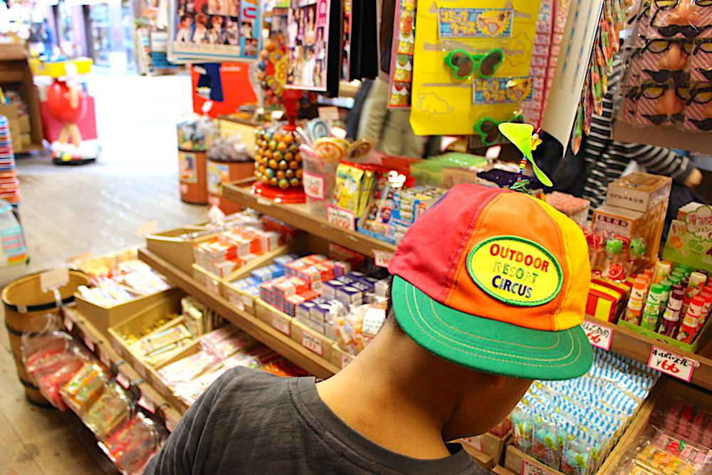 店内のお菓子を物色する男の子