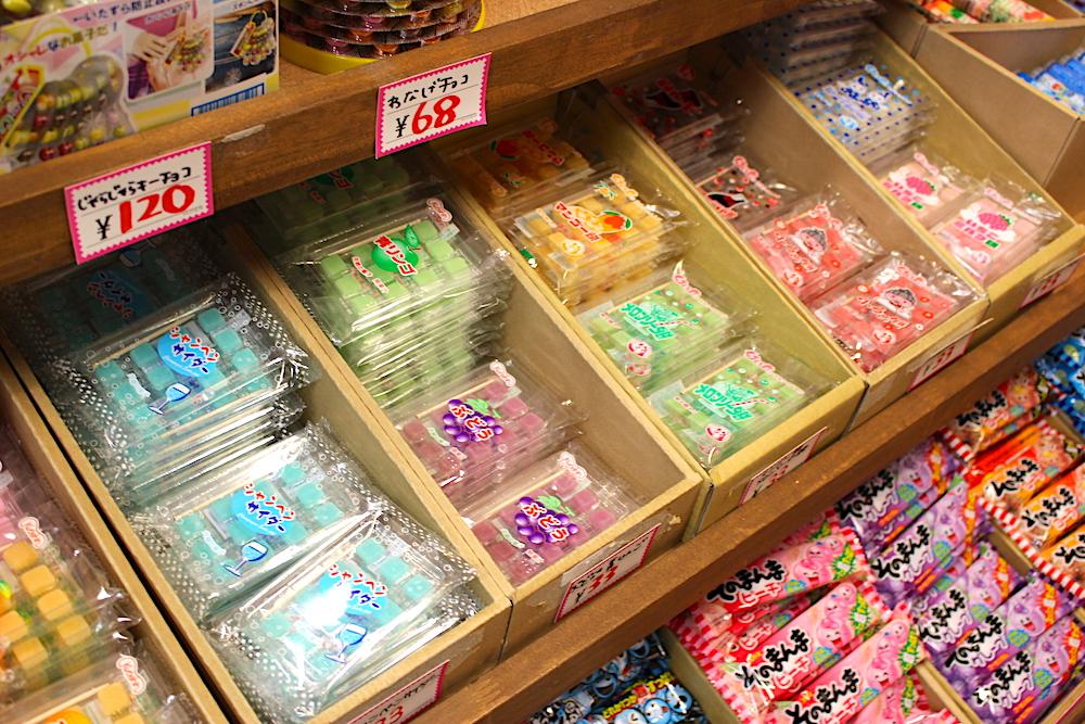 棚に置かれたカラフルなお菓子