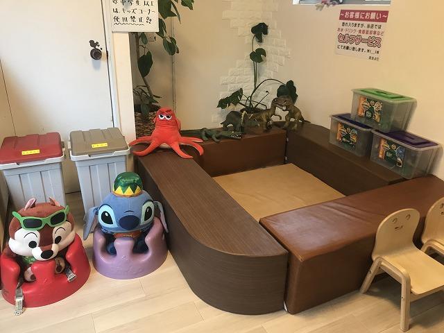 ゴミ箱やキャラクターの置物が置かれた空間