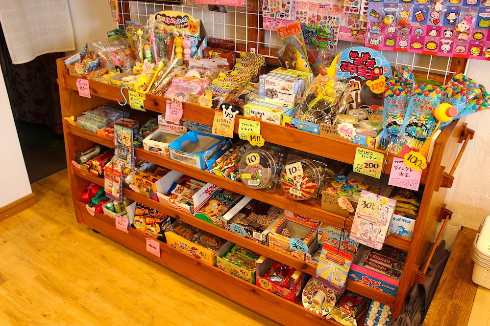 種類豊富なカラフルなお菓子が置かれた店内の一角