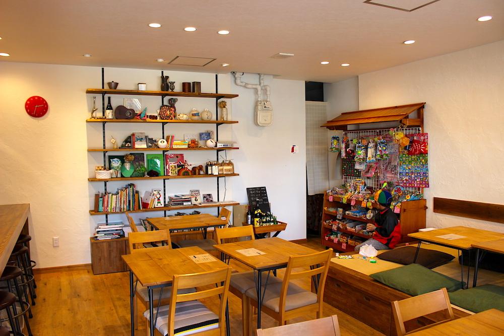 木の家具が並ぶ店内の様子