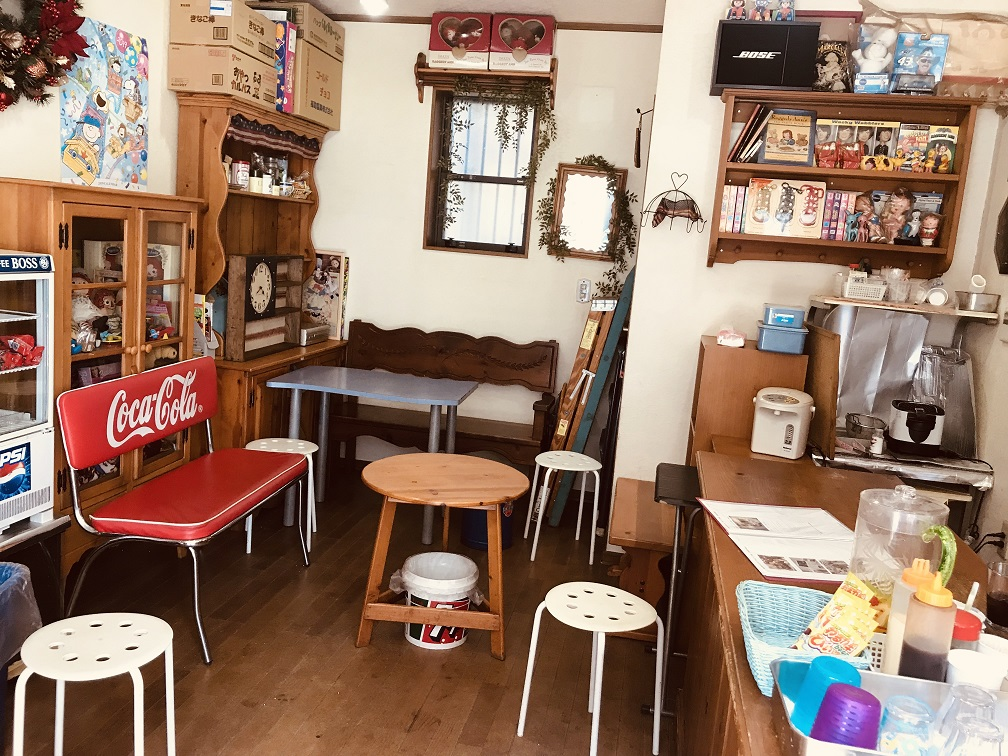 椅子やテーブルが配置された店内