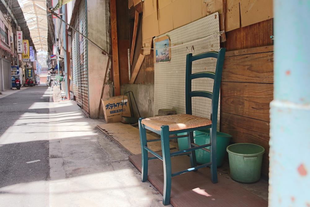 商店街に置かれた木製の椅子