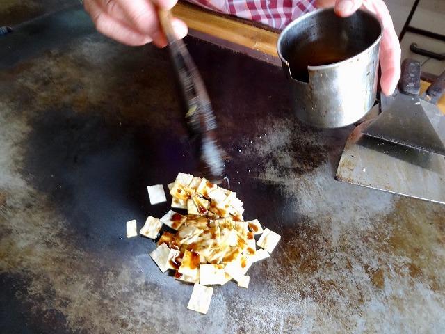 鉄板焼きで焼かれるイカのお菓子