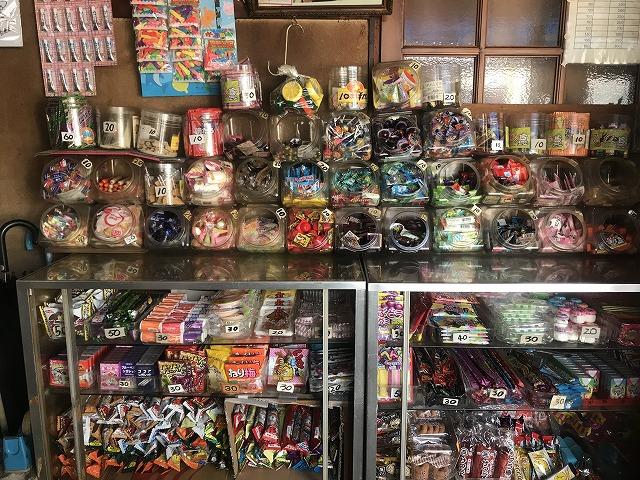 ガラスの棚に陳列された数々の駄菓子