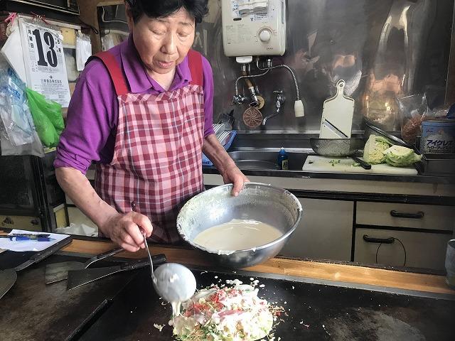 たこ焼きを作る女性