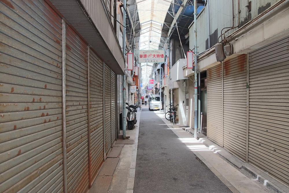 シャッターの閉まった商店街の通路