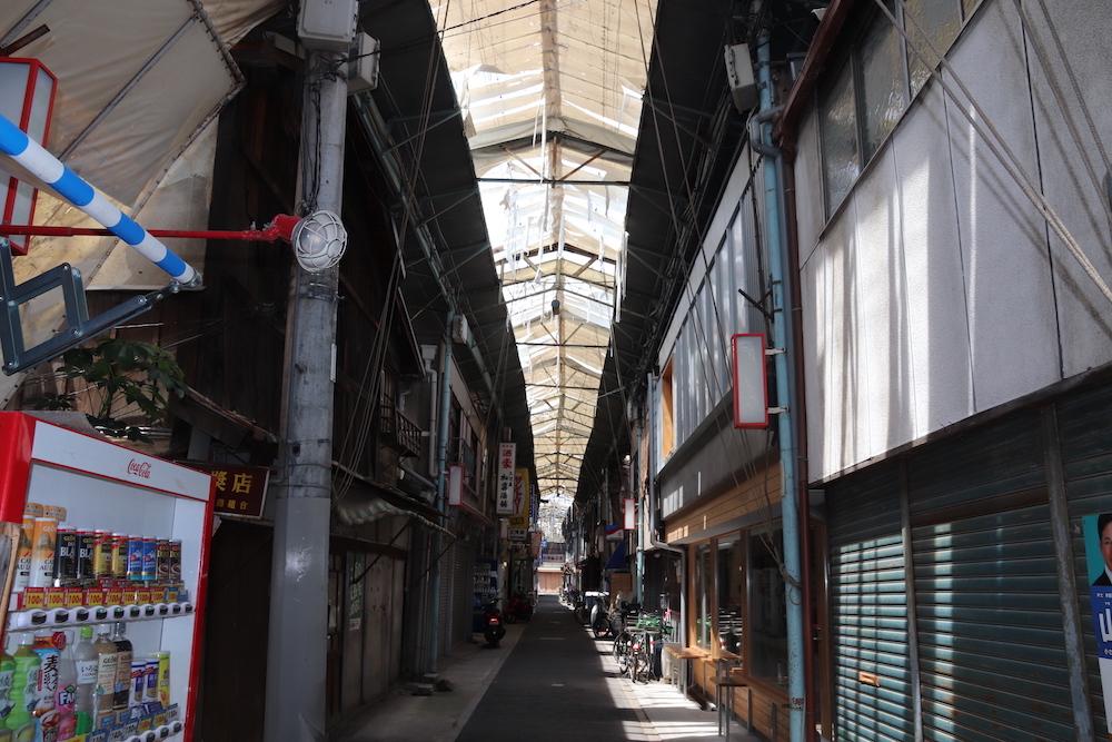 閉店した店の多い商店街の通路
