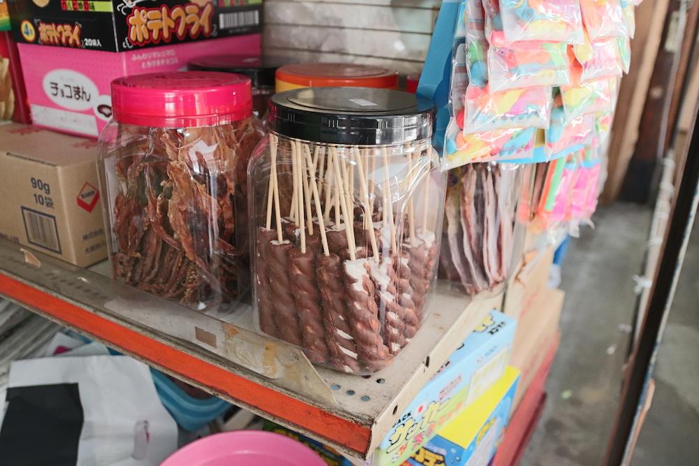 プラスチックの箱に入った串の駄菓子