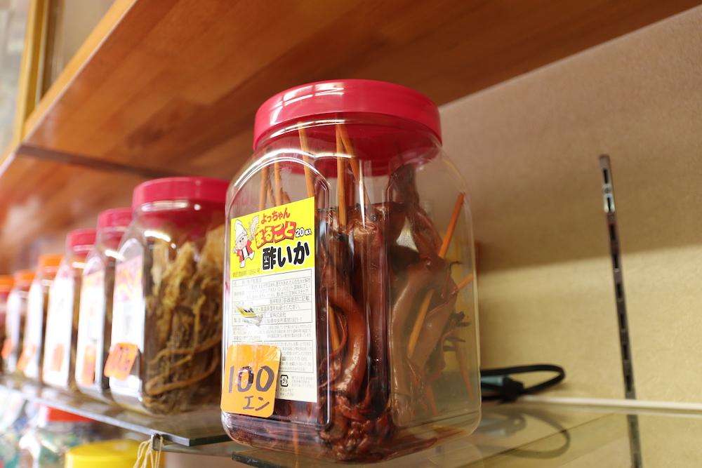 プラスチック容器に入ったイカのお菓子