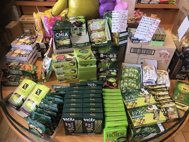 緑色のパッケージに入ったお菓子の数々