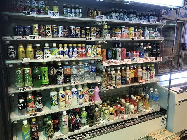 棚に綺麗に並べられた飲み物