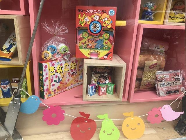 ピンクの棚に置かれたカラフルなお菓子