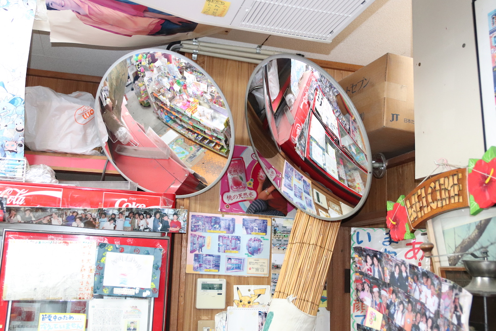 店内に設置された丸い鏡