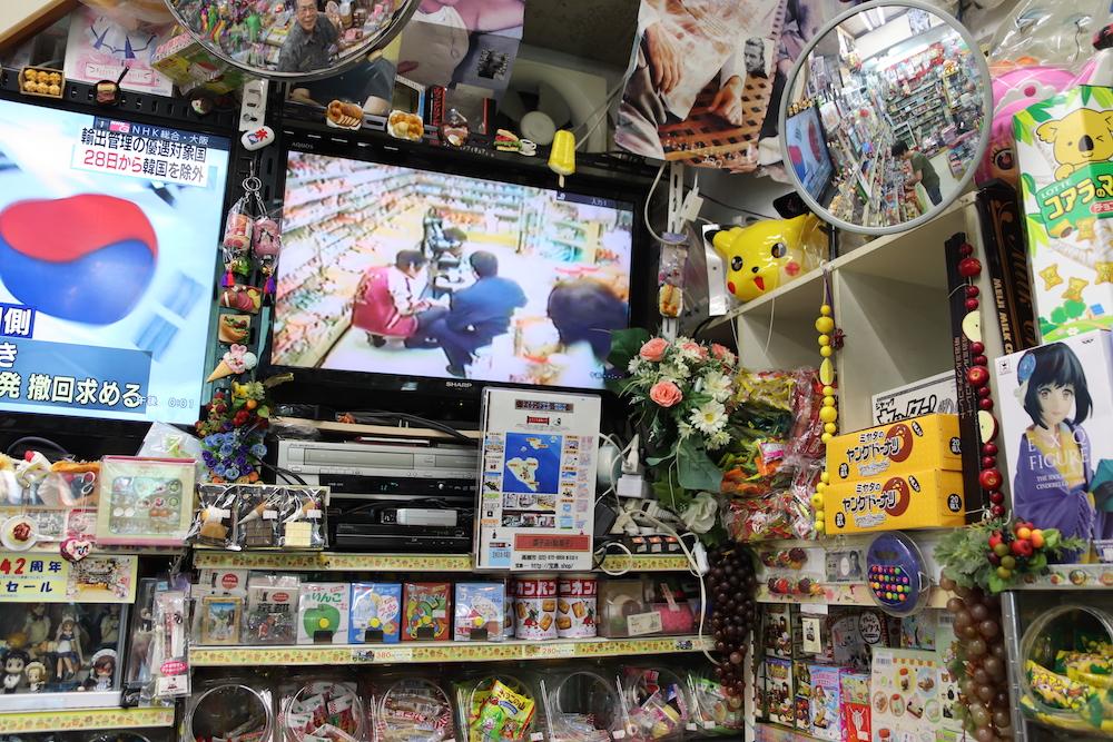 陳列された商品とテレビ