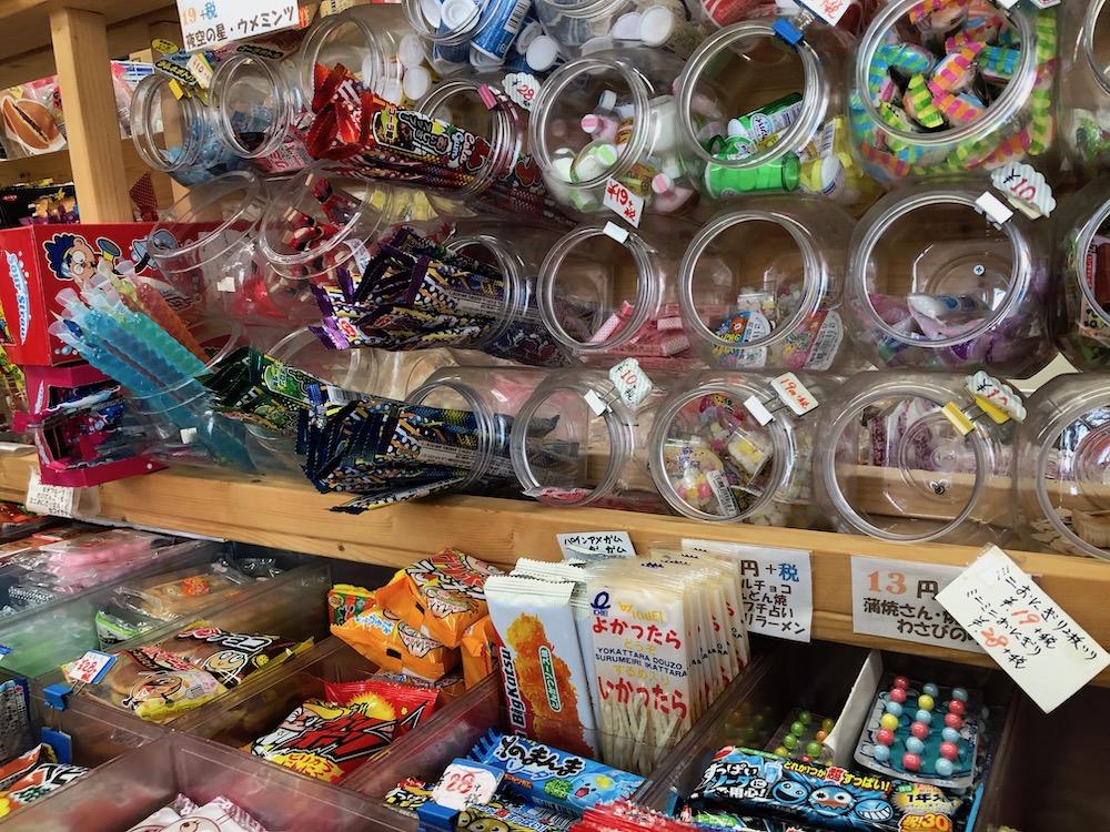 プラスチック容器に入れられた駄菓子
