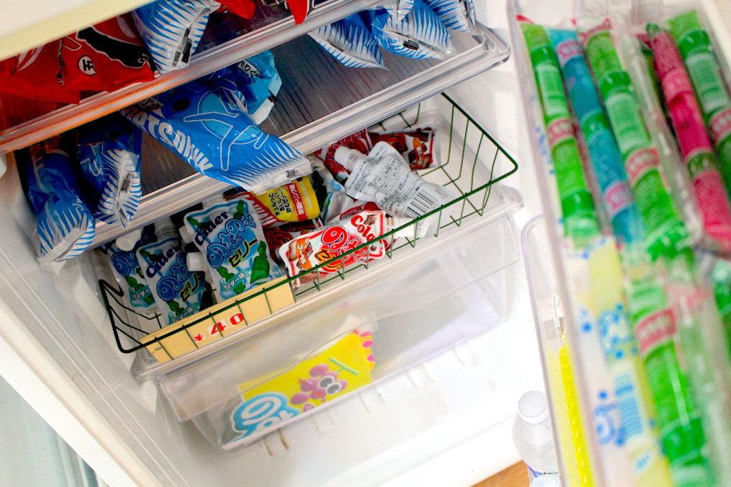 冷蔵庫に入ったカラフルな食べ物