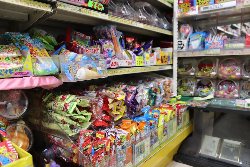 カラフルな駄菓子のパッケージ