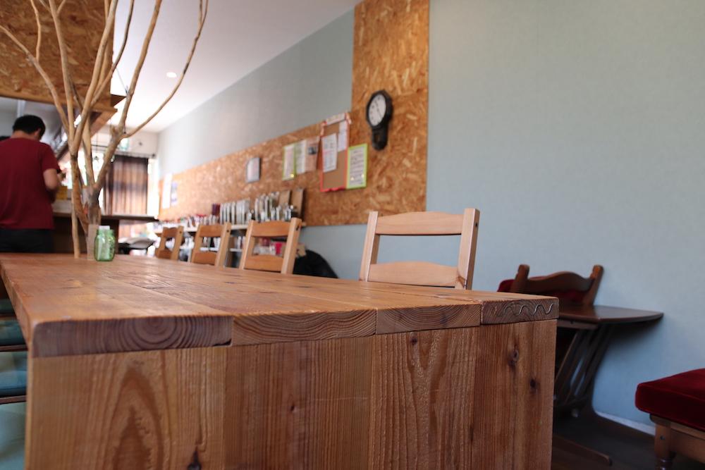 木のテーブルと椅子
