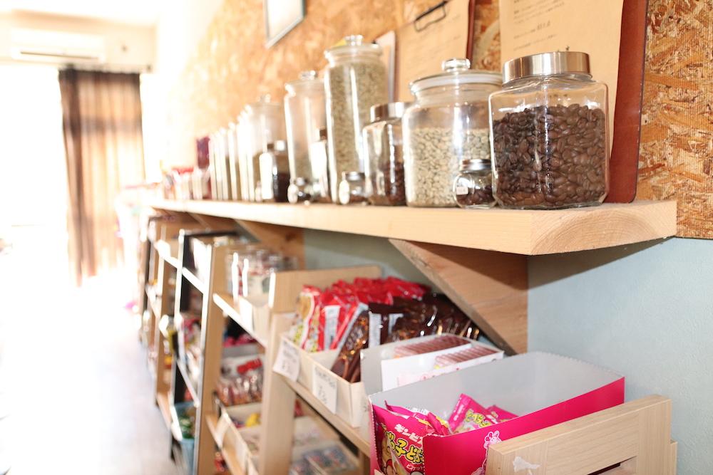 瓶に入ったコーヒー豆と木の板