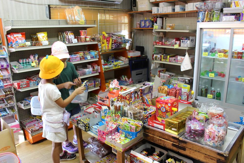 店内で買い物をする二人の子ども