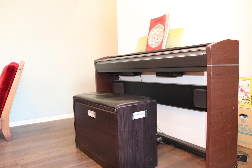 木目調のピアノと椅子
