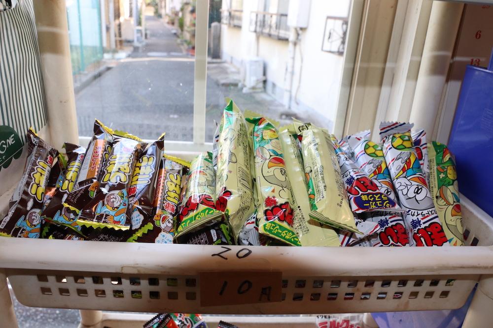 お菓子と窓から見える景色