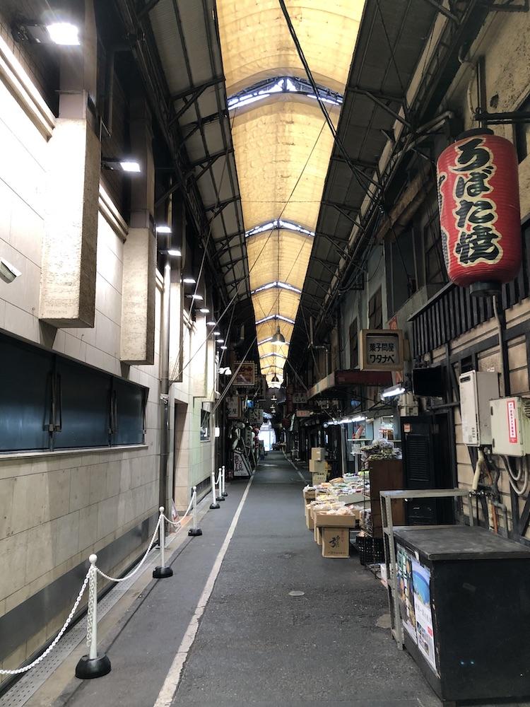 飲食店が並ぶ狭い道