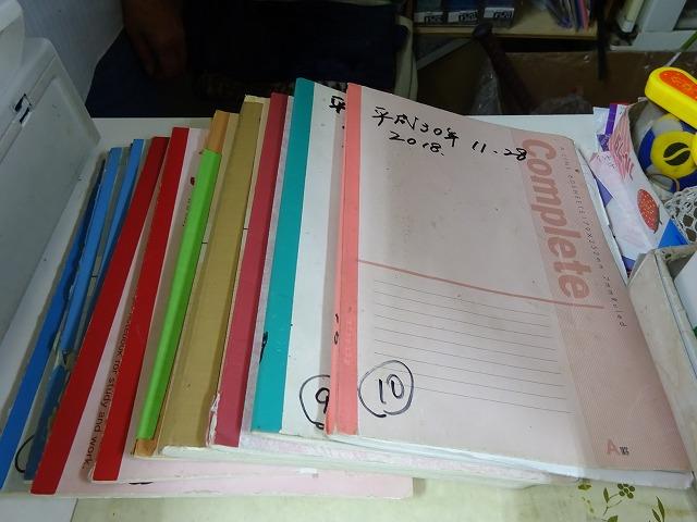 テーブルの上に積まれたノート